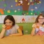 """"""" Świetliczaki"""" chcą być zdrowe, piją soki owocowe!"""